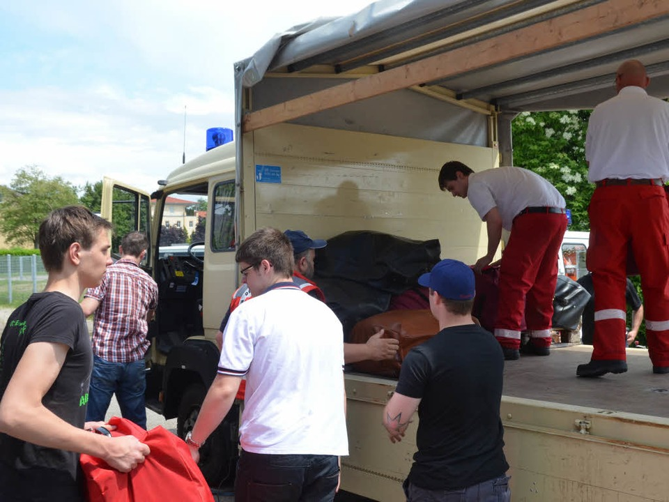 Ab nach Lüneburg: Helfer des Roten Kre...ansporters mit Decken und Feldbetten.   | Foto: Gerhard Walser