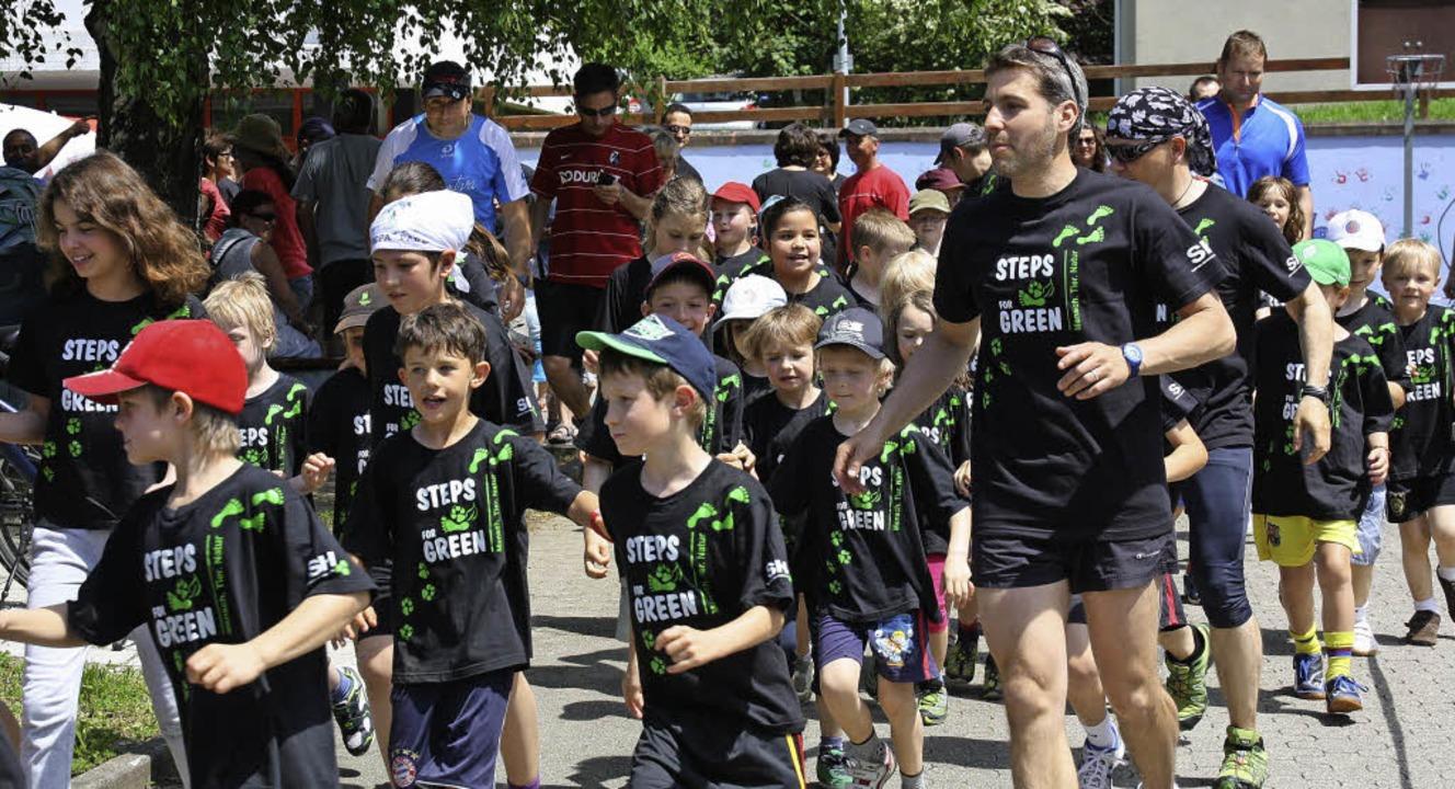 105 große und kleine Läufer gingen bei... Bild der Organisator Reinhard Bührer.  | Foto: Christiane Franz