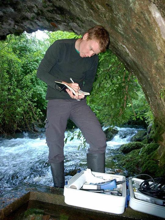 In Gummistiefeln   entnimmt Masterstud...sprungstemperatur des warmen Wassers.   | Foto: harald senn