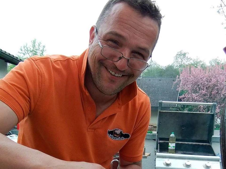 Gut Ding will Weile haben: Michael Köp...ren jetzt sechs Stunden auf dem Grill.    Foto: Knöferl