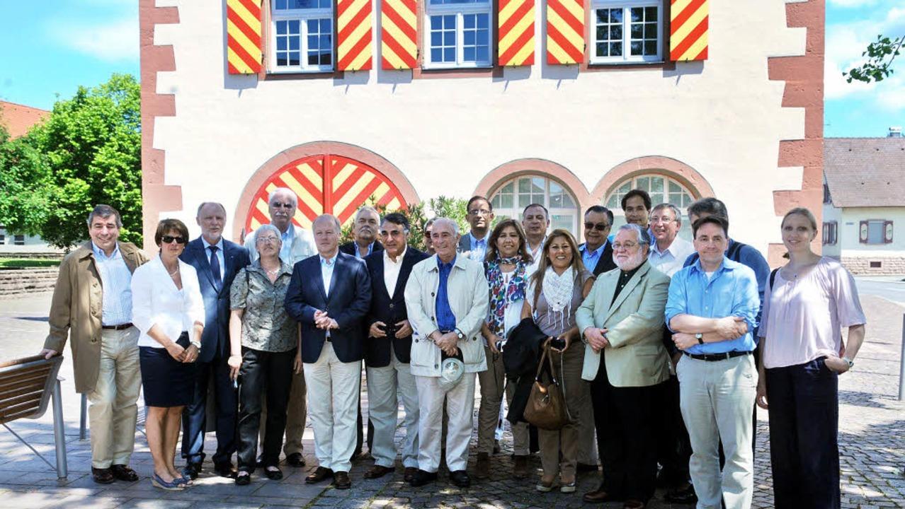 Die Gastgeber mit der Delegation aus C...und Peru vor dem Friesenheimer Rathaus  | Foto: Wolfgang Künstle