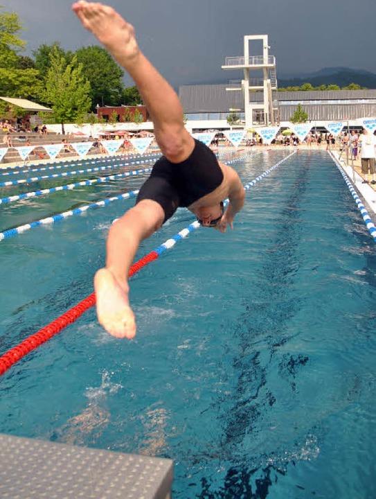 Kopfüber stürzten sich die Wettkampfsc...ad warme Wasser des 50-Meter-Beckens.   | Foto: Rebecca Kiefer