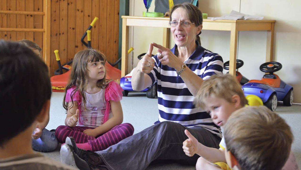 Wie viele Finger sind das? Christiane ...lischer und sportlicher Früherziehung.  | Foto: Martina Proprenter