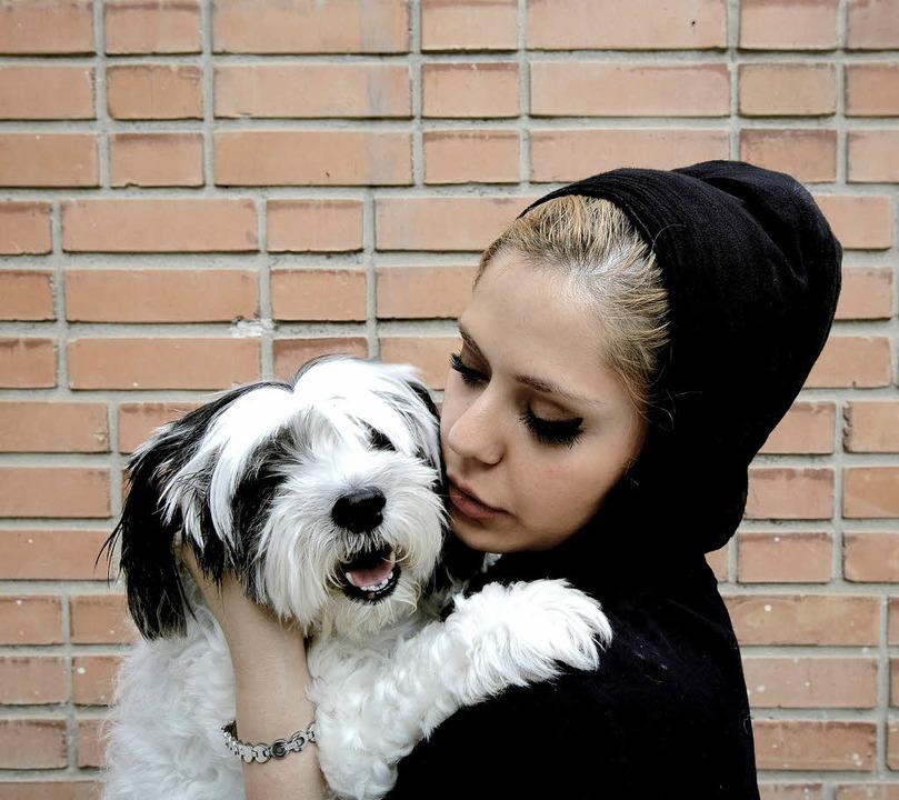 Die Iranerin Andia mit ihrem  Terrier ...tiere sind im Iran nicht mehr sicher.     Foto: AFP