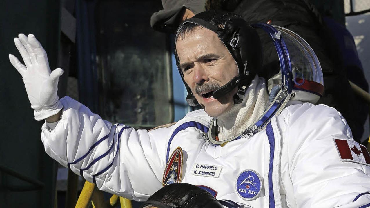 Der singende Astronaut Chris Hadfield sagt dem Weltall bye bye.   | Foto: dpa