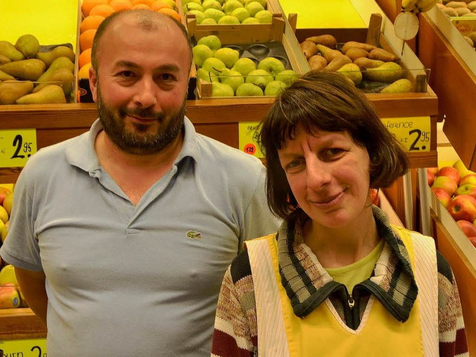Tevabil Özdin und seine Mitarbeiterin ...und Gemüseladen am Freiburger Münster.  | Foto: Max Schuler