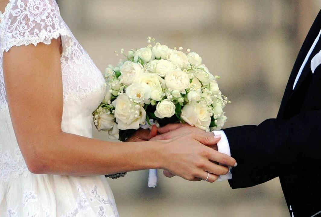 Die klassische Hochzeit in Weiß wird seltener.   | Foto: DPA