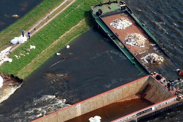 Versenkte Schiffe stopfen Dammbruch in Sachsen-Anhalt
