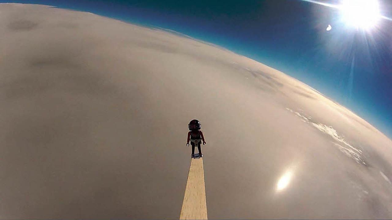 Projektleiter Reto Speerli schätzt, da...ometern pro Stunde Richtung Erde rast.  | Foto: -