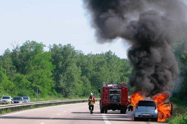 Auto brennt auf der A5 vollständig aus