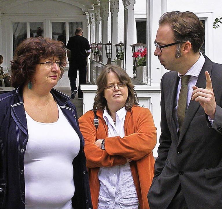 Bärbl Mielich (links) und Daniela Ever...ndgang mit Klinikleiter Karsten Böhm.     Foto: Schilling