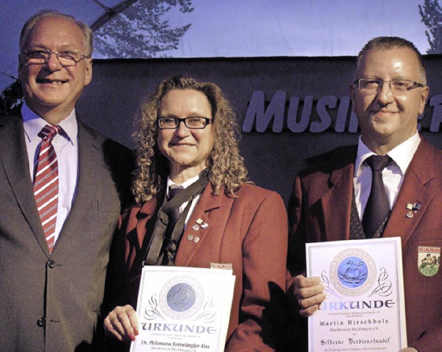Harald Bobeth (l.) ehrte Philomena Fortwängler-Enz und Martin Hirschbolz.     Foto: Ute Schöler