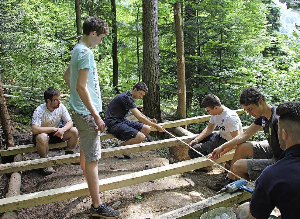 Die Waldkircher Ministranten bauten  e...Kinder des St.-Vinzenz-Kindergartens.   | Foto: Fotos: Stefanie Sigmund