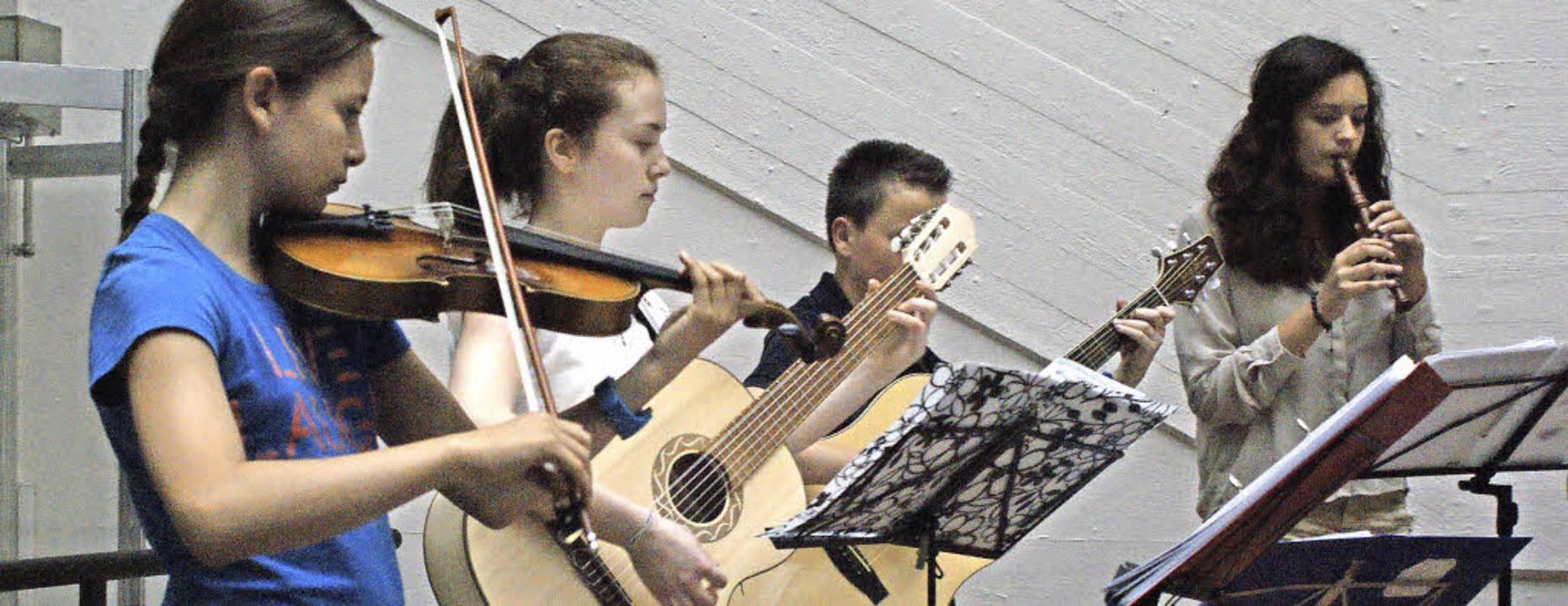 Die Schüler erfreuen mit einem bunten musikalischen Programm.     Foto: Chris Rütschlin
