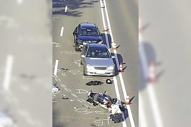 Tod auf der B 31: Laster überrollt Motorradfahrer