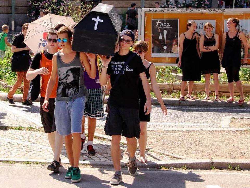 Mit einem bunten und lauten Trauermars...iburg die Bildung symbolisch zu Grabe.  | Foto: Marius Nott