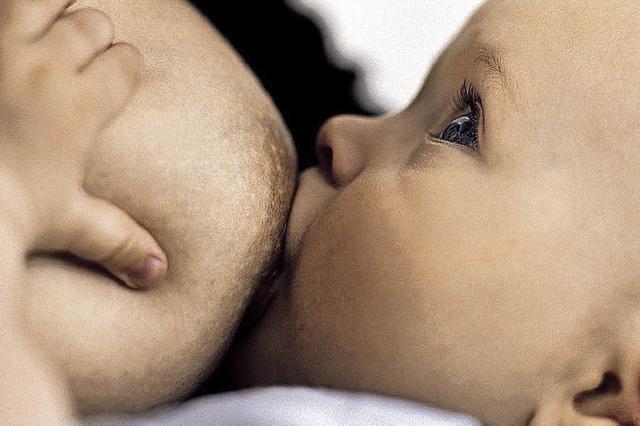 Mütter geben ihren Babys aus Protest die Brust