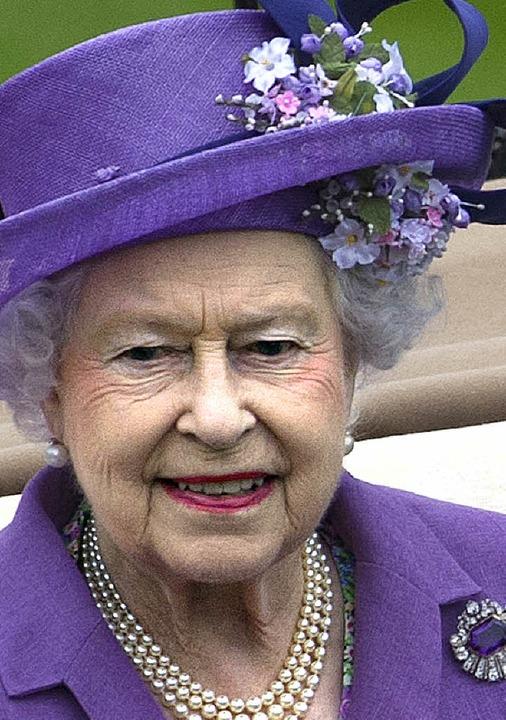 Niemals ohne Kopfbedeckung: Die Queen ...envorbild ist  Roger Cicero (rechts).   | Foto: Fotos: AFP (2)/dpa/dapd/Philipp Schulte