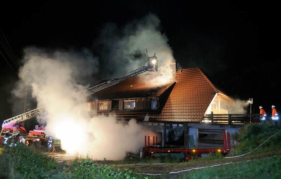 Das brennende Gebäude in Seelbach.  | Foto: WOLFGANG KUENSTLE