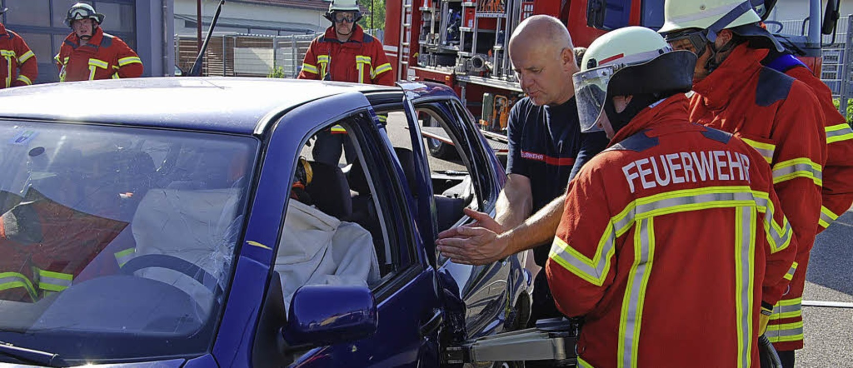 Die Breisacher Feuerwehr lud Jugendlic...; aus einem Auto geborgen werden kann.  | Foto: Hans-Jochen Voigt