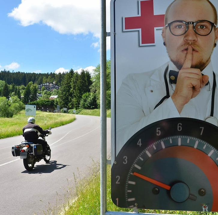 Motorradfahrer, die auf dem Weg in Ric...m machen und sie zur Vernunft bringen.    Foto: Sebastian Barthmes