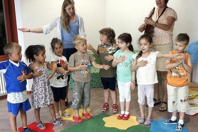 Kinder haben Spaß und lernen sprechen