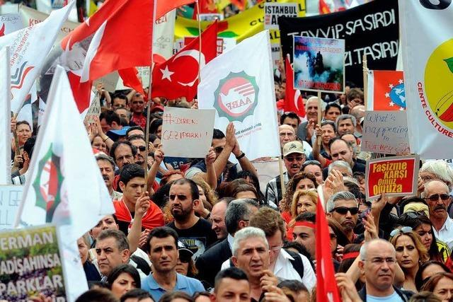 Mehrere Zehntausend Menschen bei Großdemo gegen Erdogan
