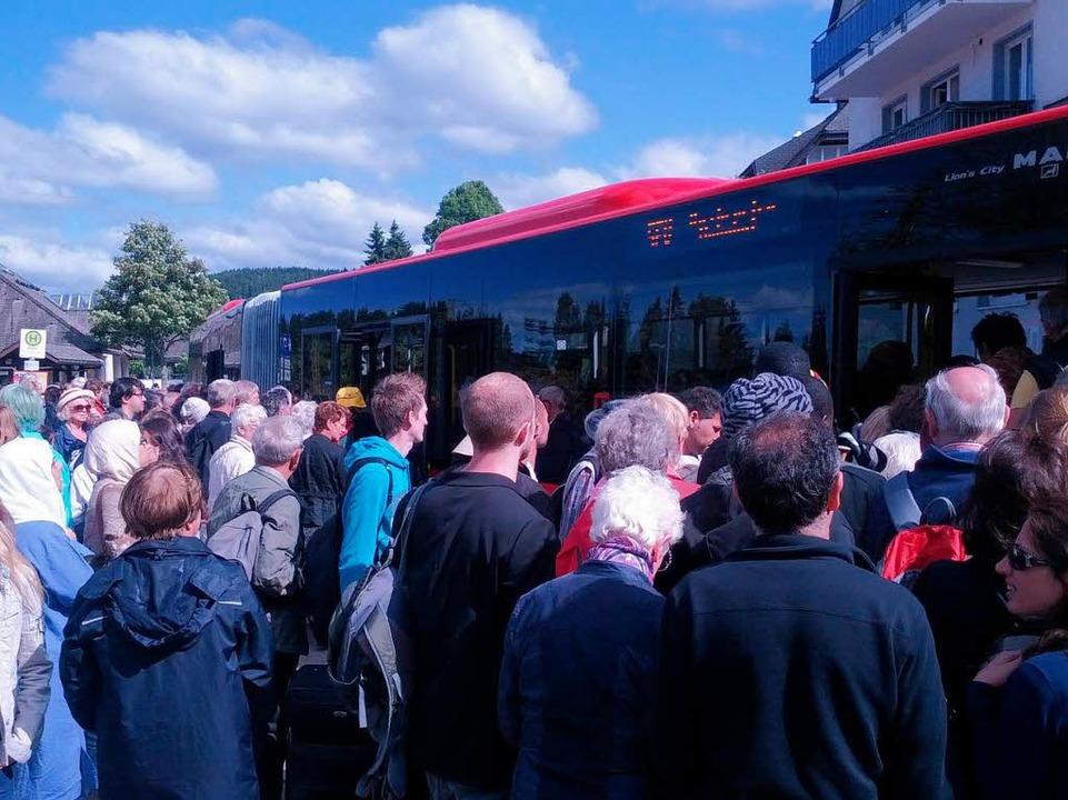 Die ersten Ersatzbusse trafen gegen 17.15 Uhr am Bahnhof in Hinterzarten ein.    Foto: Wolfrum Sebastian