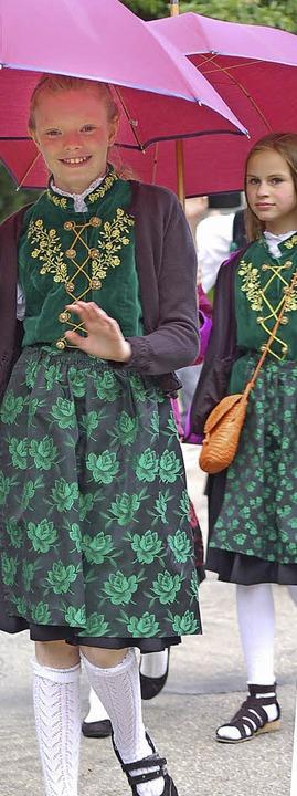 Rosarot waren die Schirme, aber auch d...ung beim Kreistrachtenfest am Sonntag.  | Foto: Hildegard Siebold