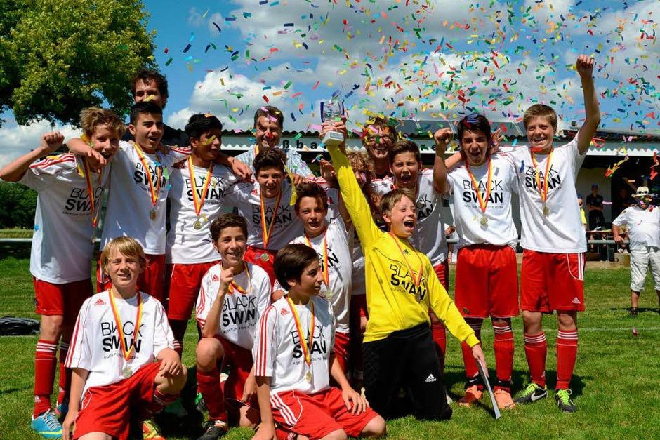 Im Konfettiregen stehen die D-Junioren des SV Ebnet nach ihrem 2:1-Finalerfolg im Bezirkspokal gegen die SF Eintracht Freiburg. (Foto: Patrick Seeger)