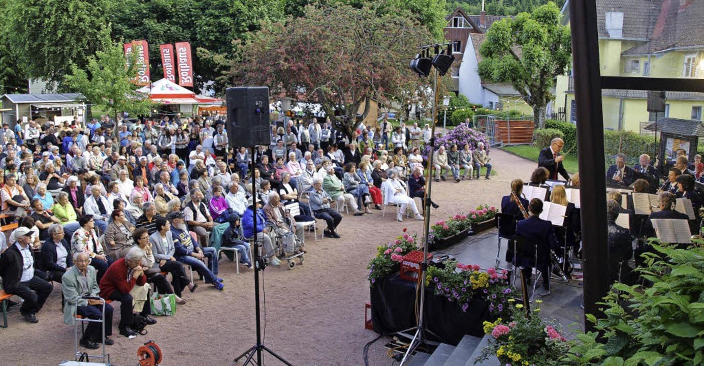 Auch die Fislisbacher Musikgesellschaft spielt vor rappelvollem Schurthplatz.     Foto: Marion Pfordt