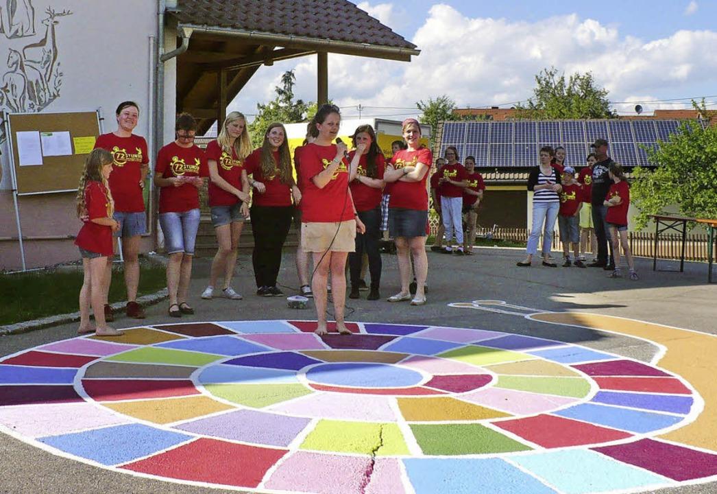 Eine bunte Schnecke für Hüpfspiele zie...on, an der sich 54 Kinder beteiligten.  | Foto: Marianne Rittner