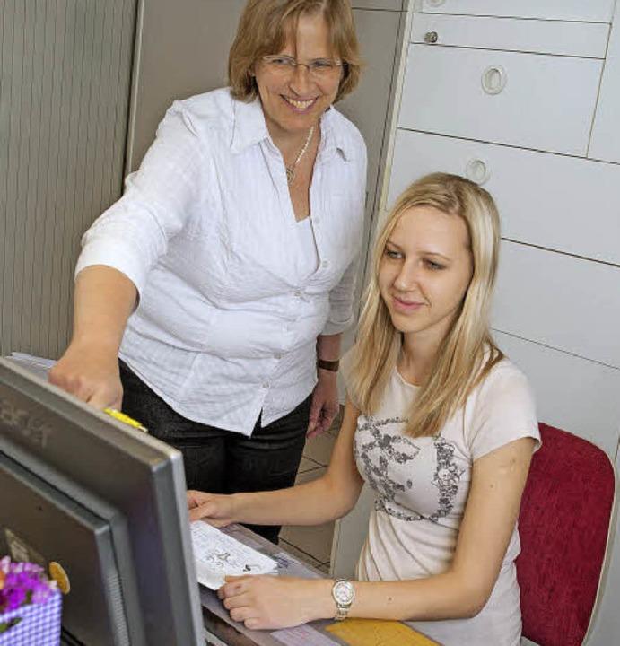 Fraueärztin Ulrike Moormann (links) ha...Auszubildende in Teilzeit eingestellt.  | Foto: S.K.U.B. Fotostudio