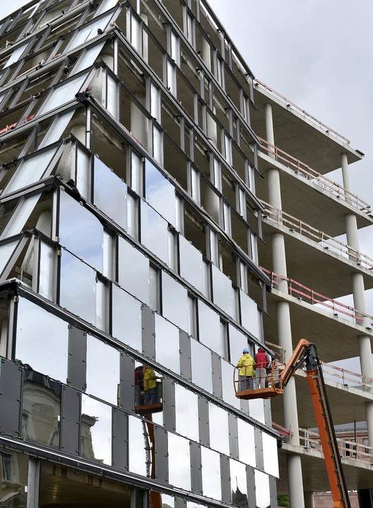 Erst das Stahlgerippe, dann die Glassc...ibliothek wächst langsam in die Höhe.   | Foto: Ingo Schneider