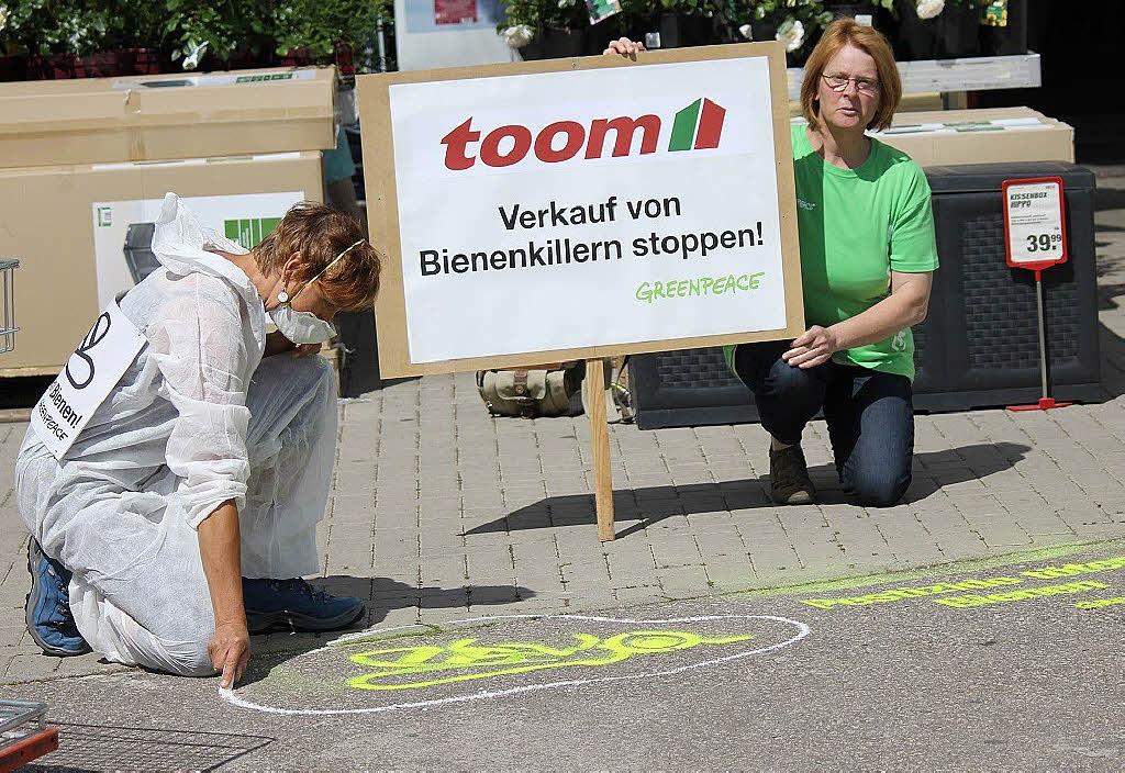 greenpeace protestaktion vor dem toom baumarkt schopfheim badische zeitung. Black Bedroom Furniture Sets. Home Design Ideas