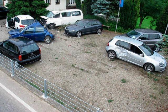 VW hebt ab und beschädigt sechs weitere Autos