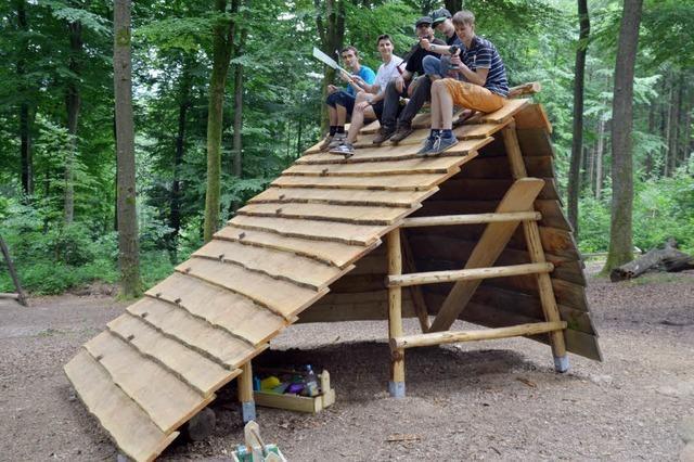 Schüler bauen ein Haus für Kinder