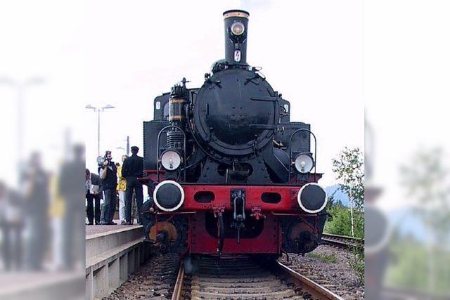 Dampfzug auf letzter planmäßiger Fahrt durch das Achertal