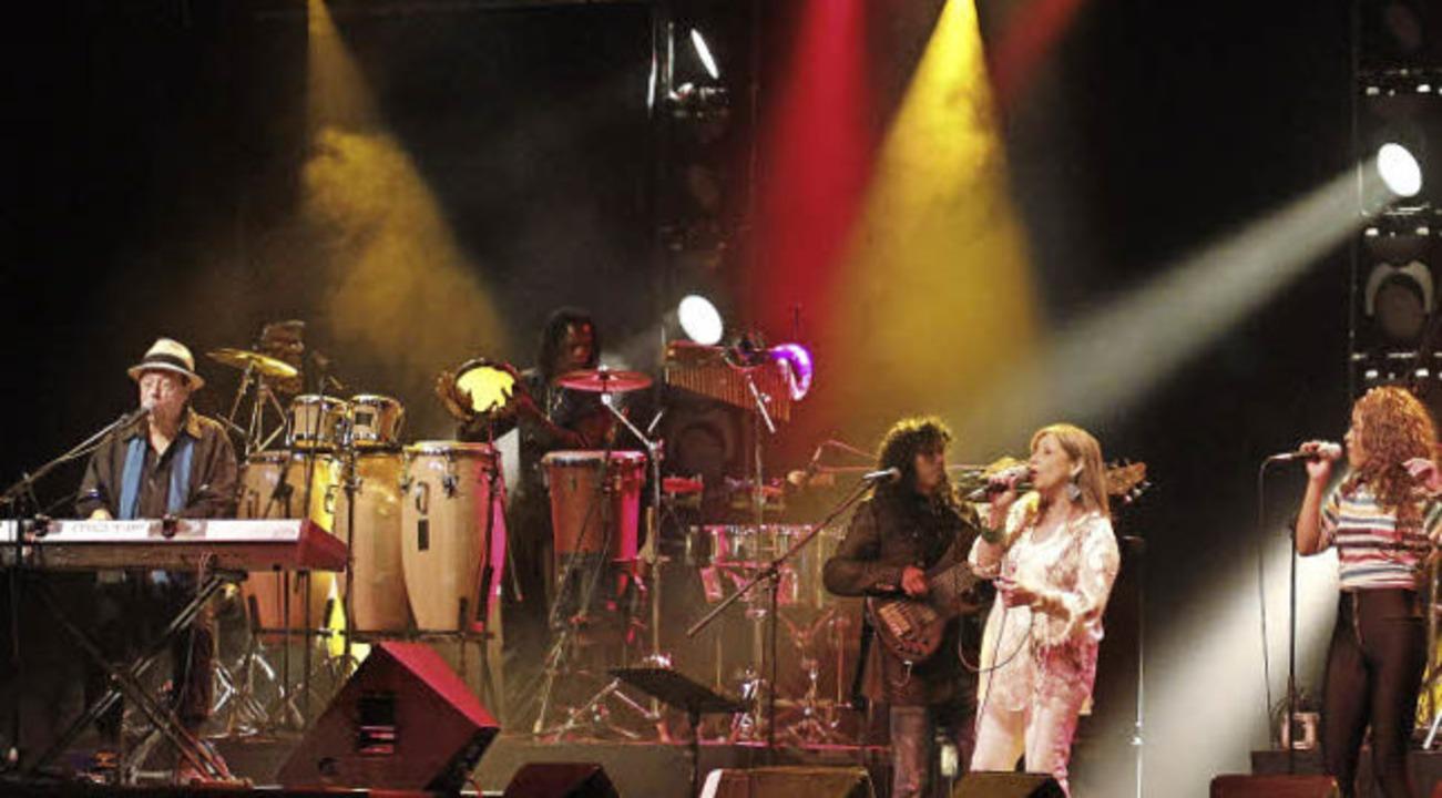 Mit großer Band im Zirkuszelt: Sergio Mendes  | Foto: Wolfgang Grabherr
