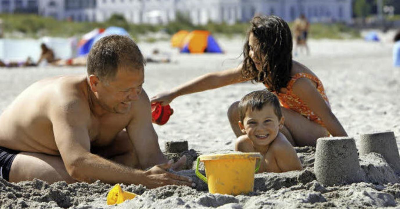 Sorgenfrei: Familie am Strand     Foto: dpa