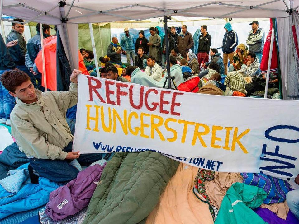 Flüchtlinge demonstrieren in München für die Anerkennung ihrer Asylanträge.   | Foto: dpa