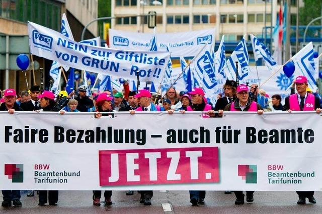 Beamte demonstrieren gegen grün-rote Sparpolitik