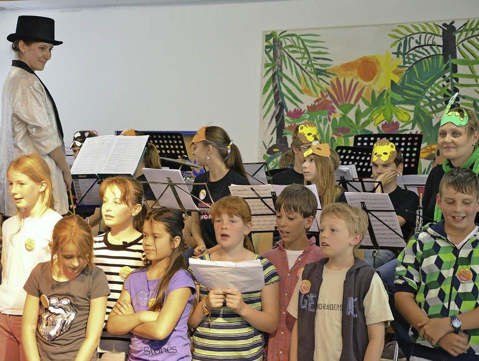 Die Viertklässler sangen Lieder und wu...sken trugen, musikalisch unterstützt.   | Foto: Martina Proprenter