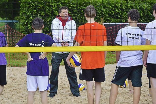 Deutsche Volleyballgrößen leiten eine Trainingseinheit bei 1844 Freiburg
