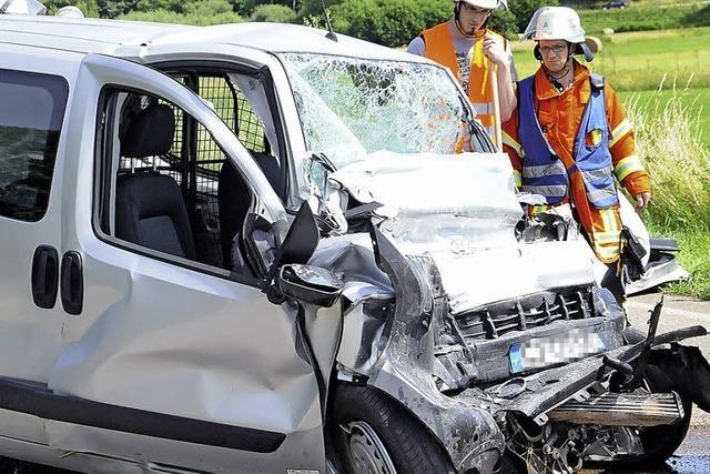 Citroën-Fahrer prallt frontal gegen Lastwagen