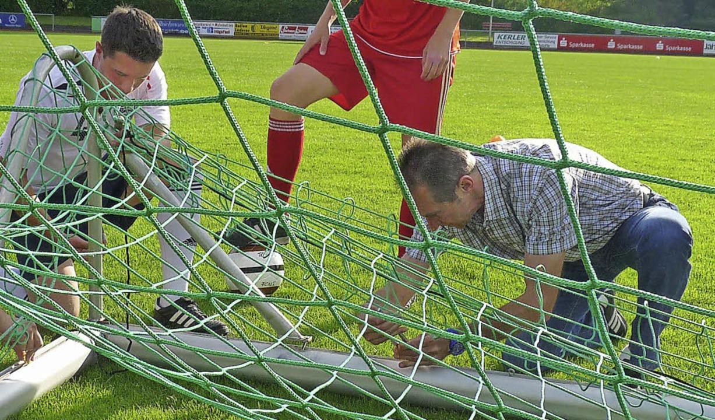 Fesseln und knebeln: Rolf Eckert (rech...ustadt, legt Hand an beim Netzknüpfen.  | Foto: Johannes Bachmann