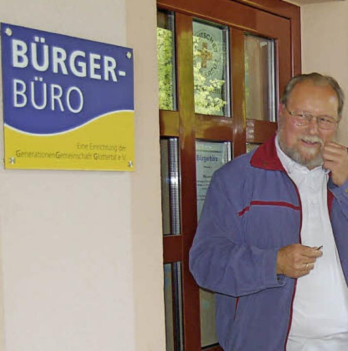 Karl-Friedrich Fackler freut sich über das neue Büroschild für das Bürgerbüro.     Foto: Ringwald