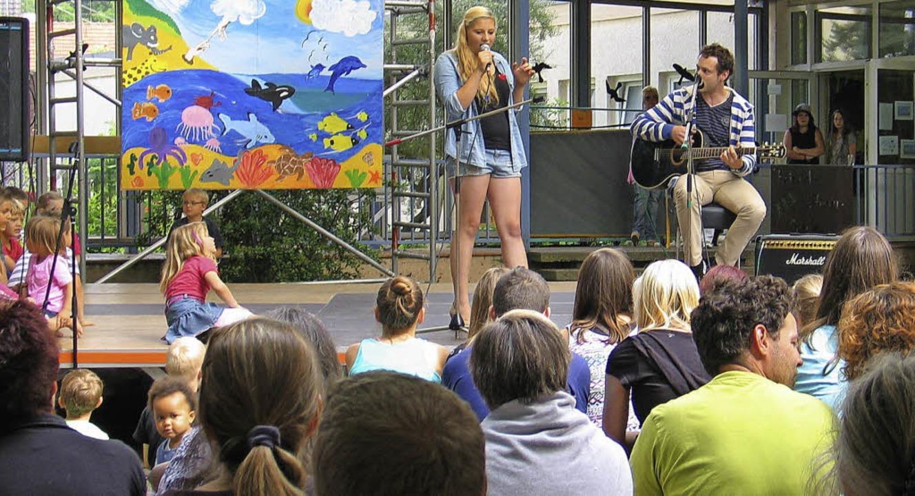 Buntes Programm auf der Open Air-Bühne... Anton: im Bild Klara und Paul Wiest.     Foto: Helmut Hassler