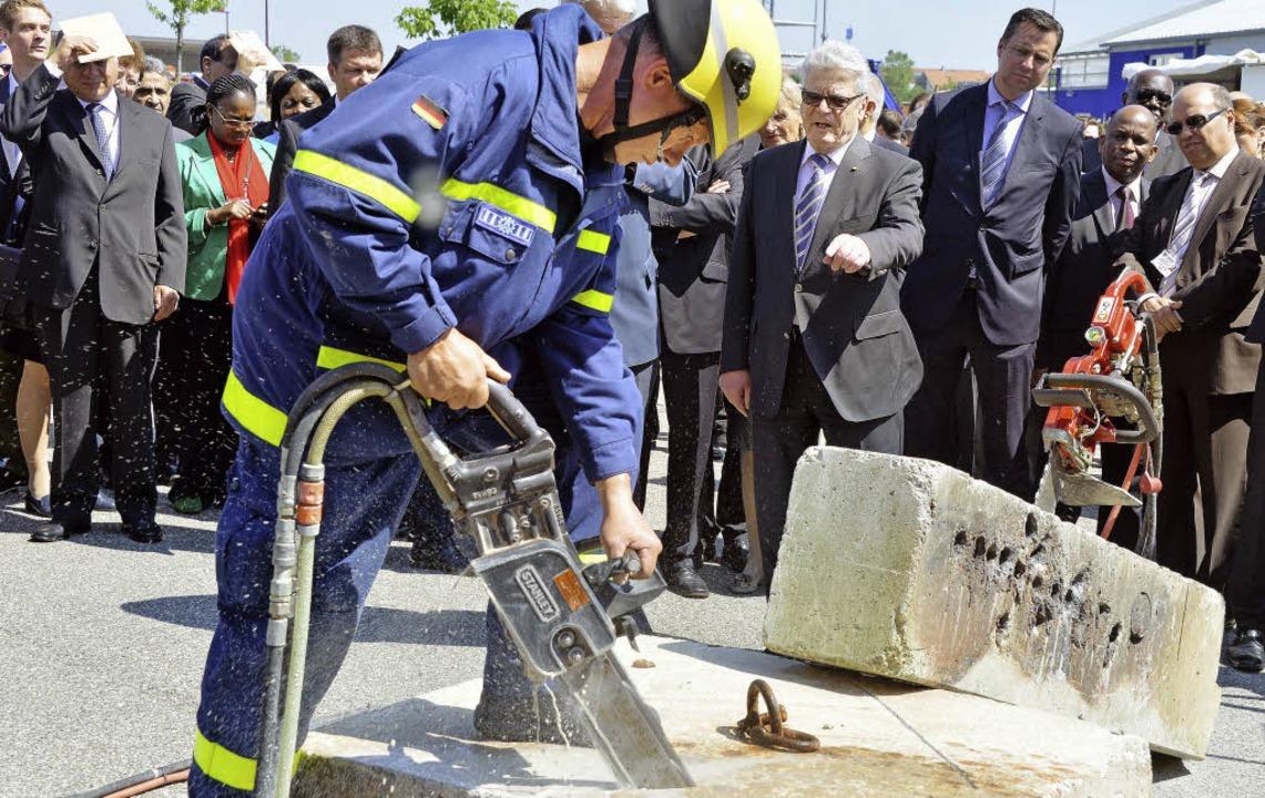 Der Emmendinger THW-Helfer Georg Matth...e) die Arbeit mit der Betonkettensäge.    Foto: DPA