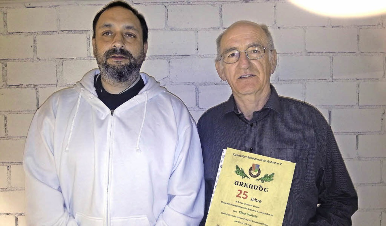 Klaus Wöhrle wurde für 25-jährige Mitg...Claudio Moreni (links) ausgezeichnet.     Foto: Verein